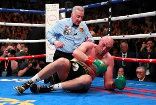 Fury có hai lần bị đánh gục, ở hiệp 9 và 12. Tuy nhiên, thể lực của võ sĩ người Anh vẫn rất tốt vào cuối trận. Fury thậm chí trông còn mạnh mẽ và nhanh nhẹn hơn Wilder khi tiếng cồng mãn cuộc vang lên. Ảnh: Reuters.