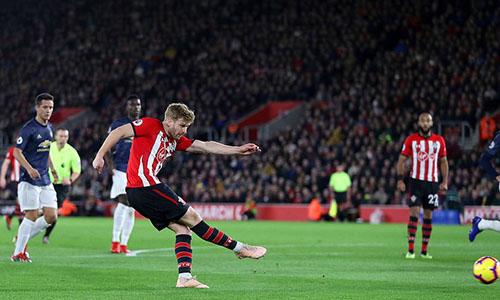 Hậu vệ Man Utd bỏ quên Armstrong, để cầu thủ này thoải mái dứt điểm trong cấm địa, mở tỷ số. Ảnh: PA.