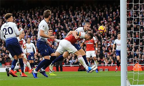 Eric Dier gỡ hoà 1-1 cho Tottenham với một cú bay người đánh đầu đẹp mắt. Ảnh: AFP.