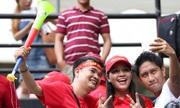 CĐV Việt Nam và Philippines thân thiện bên ngoài sân Panaad
