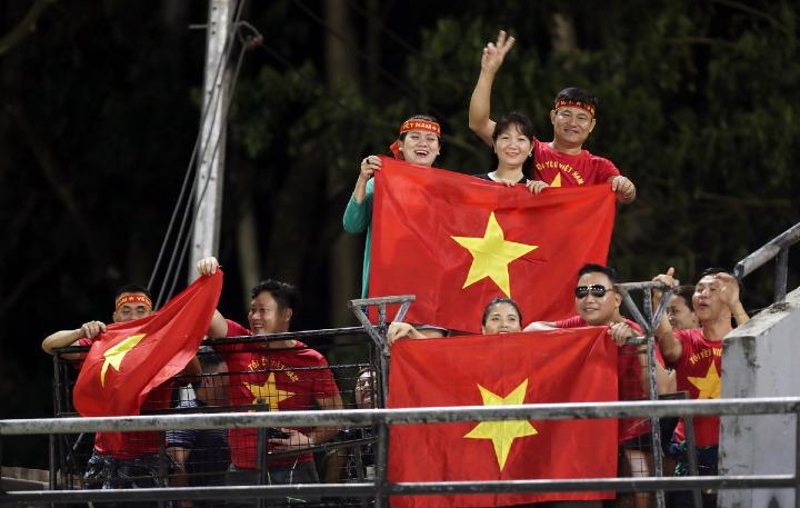 CĐV Việt Nam có mặt tại Bacolod để xem đội nhà tập luyện hôm 1/12. Ảnh: Đức Đồng.