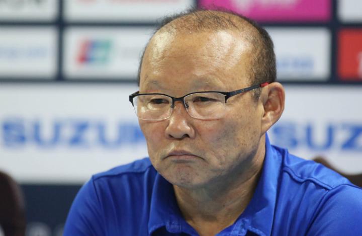 Thầy Park trả lời họp báo sau trận đấutrên sân của Philippines. Ảnh: Đức Đồng.