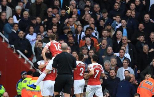 Vỏ chuối được ném về phía cầu thủ Arsenal. Ảnh:AFP.