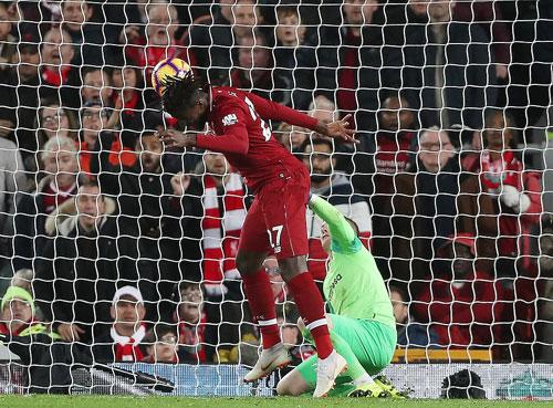 Cú đánh đầu của Origi mang về ba điểm cho Liverpool. Ảnh:DM.