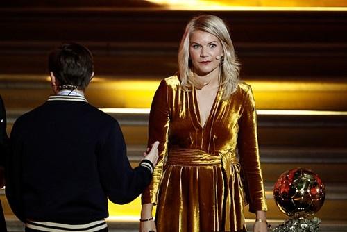 DJ Solveig tiến tới nữ cầu thủ Hegerberg và đề nghị cô nhảy một điệu, mừng danh hiệu Quả Bóng Vàng. Ảnh: Reuters.