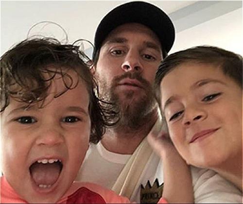 Messi và hai con trai vui vẻ khi lễ trao giải diễn ra. Ảnh:Instagram.