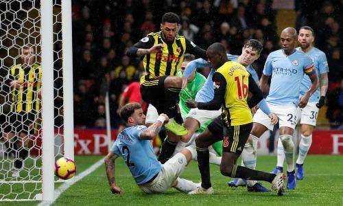 Doucoure đưa bóng vào lưới Man City ở tình huống lộn xộn. Ảnh:Reuters.