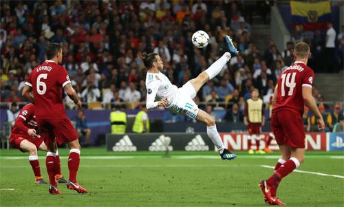 Bale tung người đá móc vào lưới Liverpool. Ảnh: Reuters