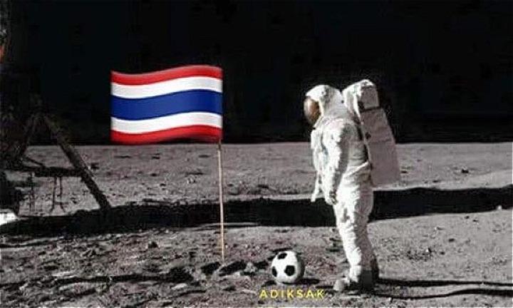 Bức ảnh chế giễu quả bóng bị Adisak đá lên mặt trăng.