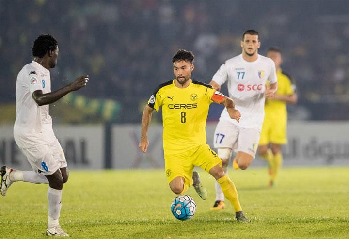 Manny (áo vàng) đóng vai trò nhạc trưởng tuyến giữa của tuyển Philippines. Ảnh: AFF