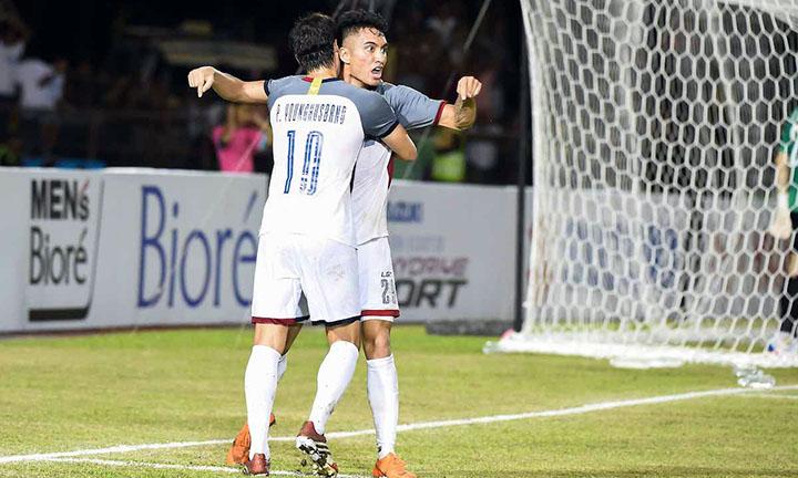 Younghusband (số 10) mừng bàn gỡ hoà 1-1 vào lưới Việt Nam với Reichelt. Ảnh: AFF.