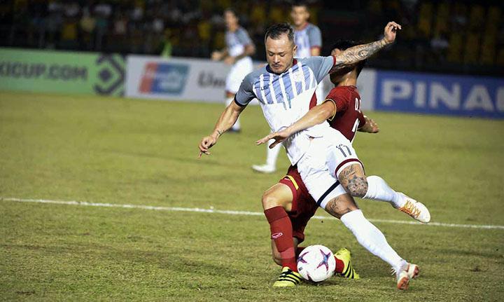 Schrock (áo trắng), cầu thủ chạy cánh nguy hiểm của Philippines luôn bị theo sát ở lượt đi. Ảnh: AFF.