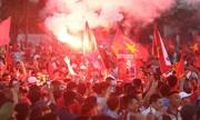 Cổ động viên Việt Nam phủ đỏ các ngả đường tới sân Mỹ Đình