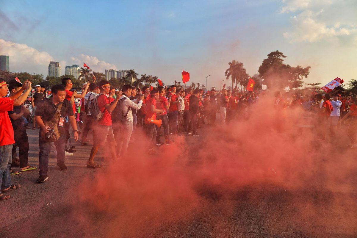 CĐV Việt Nam phủ đỏ các ngả đường tới sân Mỹ Đình