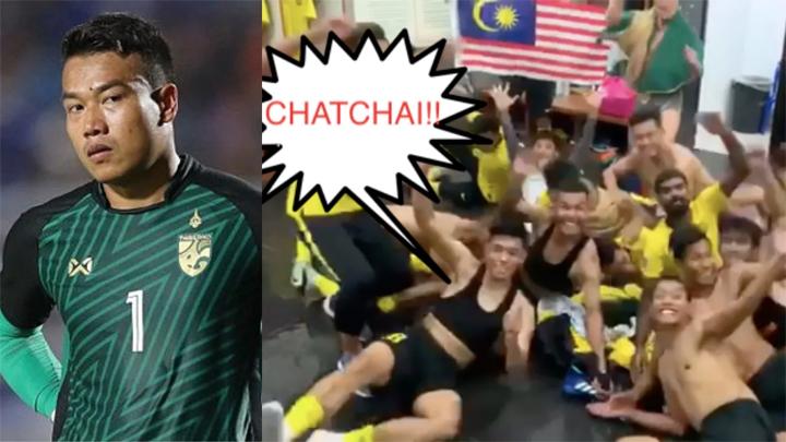 Các cầu thủ Malaysia giả như gặp ác mộng để trêu Chatchai sau trận bán kết.