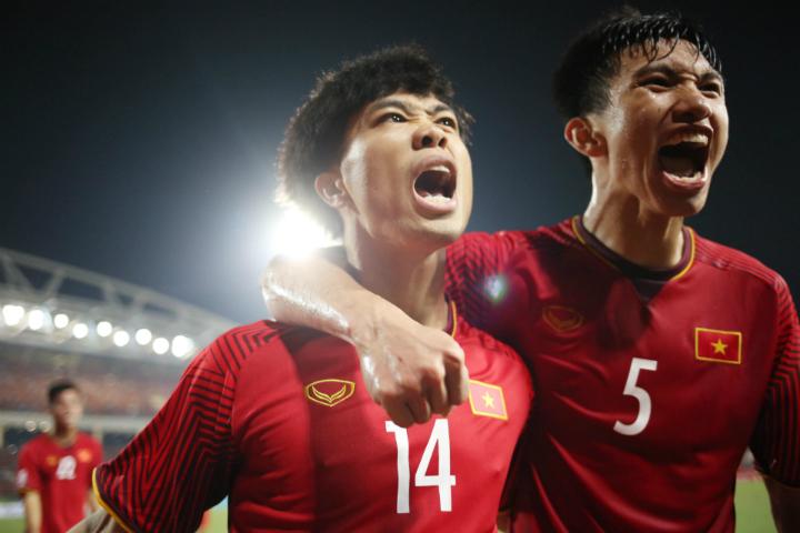 Công Phượng (trái) mừng bàn thắng thứ ba của cá nhân anh ở giải năm nay. Ảnh: Đức Đồng.