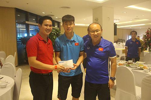 Doanh nhân Phạm Văn Tam trao món quà cho đội tuyển Việt Nam