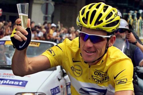 Hình ảnh quen thuộc của Armstrong trước khi bị phanh phui sử dụng doping. Ảnh:Reuters.