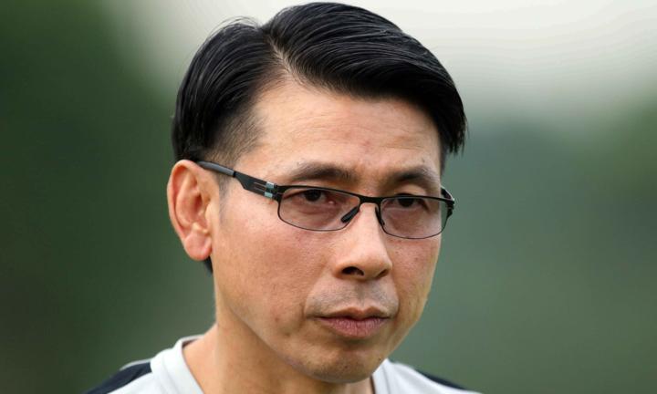 HLV Tan Cheng Hoe trao đổi cùng báo giới trước buổi tập chiều 8/12 tại Kuala Lumpur. Ảnh: Anh Khoa.