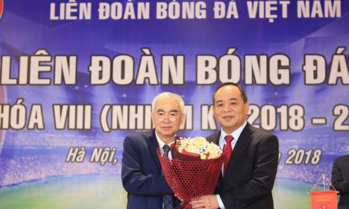 [Cựu chủ tịch VFF Lê Hùng Dũng (trái) tặng hoa chúc mừng tân chủ tịch Lê Khánh Hải. Ảnh: VFF.