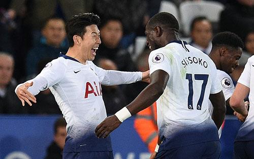 Son Heung-min mừng bàn thắng cùng Sissoko. Ảnh: EPA.