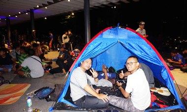 CĐV Malaysia cắm trại xuyên đêm mua vé chung kết AFF Cup