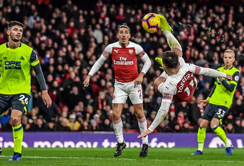 Arsenal thắng nhờ pha làm bàn kiểu xe đạp cổng ngược của Torreira