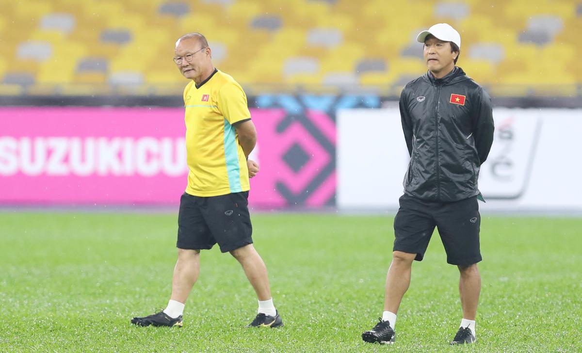 Việt Nam tập luyện dưới mưa tại sân Bukit Jalil