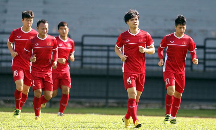 Cầu thủ Việt Nam đang nỗ lực làm quen với thời tiết nắng nóng tại Malaysia, chuẩn bị cho chung kết lượt đi AFF Cup 2018. Ảnh: Đức Đồng.