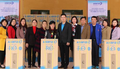 Doanh nhân Phạm Văn Tam chụp ảnh cùng Hiệu trưởng các trường học và phụ huynh các cầu thủ.