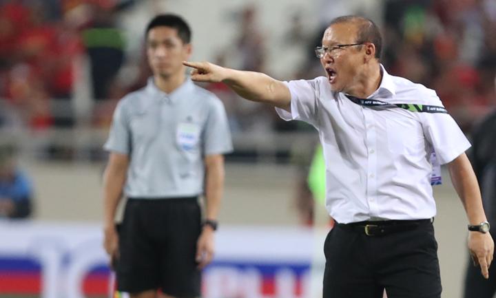 HLV Park Hang-seo lao ra đường biên chỉ đạo chiến thuật trong trận bán kết lượt về với Philippines ở Mỹ Đình. Ảnh: Đức Đồng.