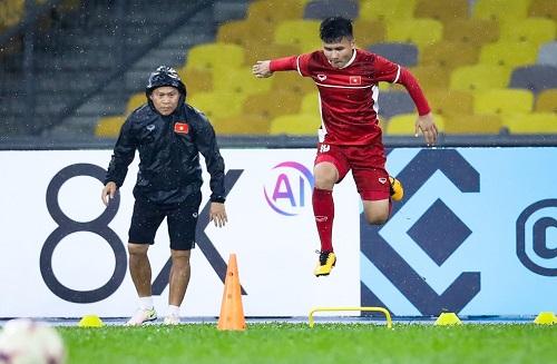Nguyễn Quang Hải xuất sắc nhận thưởng nóng 150 triệu đồng từ Eurowindow trong trận bán kết lượt về với Philippines.