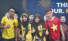CĐV Malaysia rủ Việt Nam trú mưa