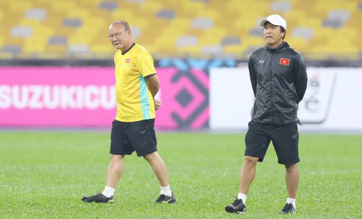 HLV Park (trái) và trợ lý Lee Young-jin đang giúp bóng đá Việt Nam liên tiếp đạt thành tích cao. Ảnh: Đức Đồng.