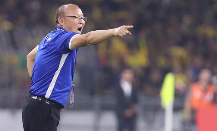 HLV Park Hang-seo chỉ đạo các cầu thủ thi đấu trên sân Bukit Jalil tối nay. Ảnh: Đức Đồng.
