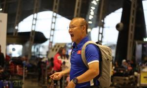 Thầy Park đôn đốc học trò tại sân bay Malaysia
