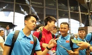 Quang Hải, Đình Trọng tươi cười rời Malaysia