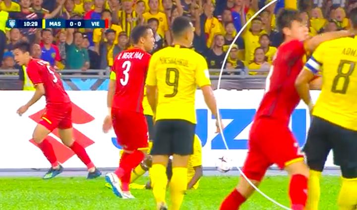 Ảnh chụp lại từ băng hình trận đấu củaFox Sports. Trong tấm hình này, Duy Mạnh có động tác đánh vào mặt Adha.