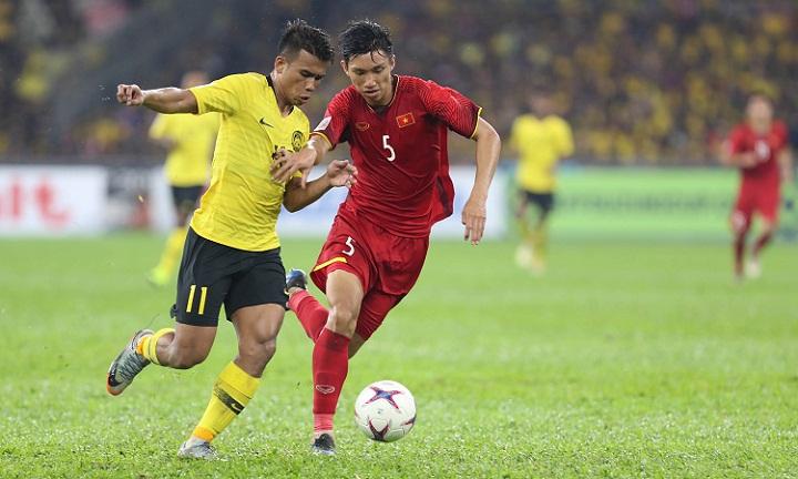 Safawi giải cứu Malaysia bằng pha đá phạt sở trường trong một trận đấu mà anh và đồng đội gặp nhiều khó khăn trước hàng thủ Việt Nam. Ảnh: Đức Đồng.