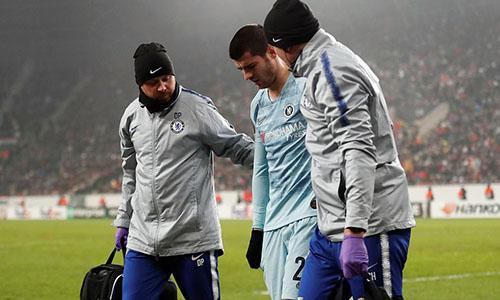 Morata di chuyển với những bước chân tập tễnh cuối hiệp một. Ảnh: Reuters.