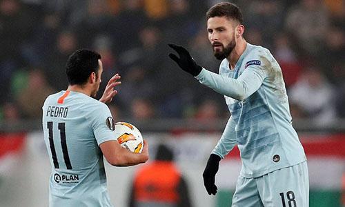 Giroud (phải) mừng bàn thắng cùng Pedro. Ảnh: Reuters.