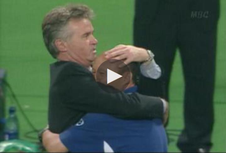 Hiddink hôn lên trán trợ lý Park tại World Cup 2002.