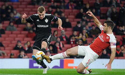 Sokratis (số 5)là trụ cột duy nhất được Arsenal sử dụng khi tiếp Qarabag hôm qua. Ảnh: Reuters.