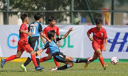 Trong trận khai mạc giải, chủ nhà Bình Dương (áo đỏ)thua Kawasaki Frontale 1-3.