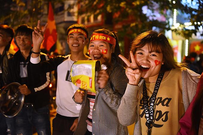 Tòa nhà đổi màu mừng chiến thắng của đội tuyển Việt Nam - 3