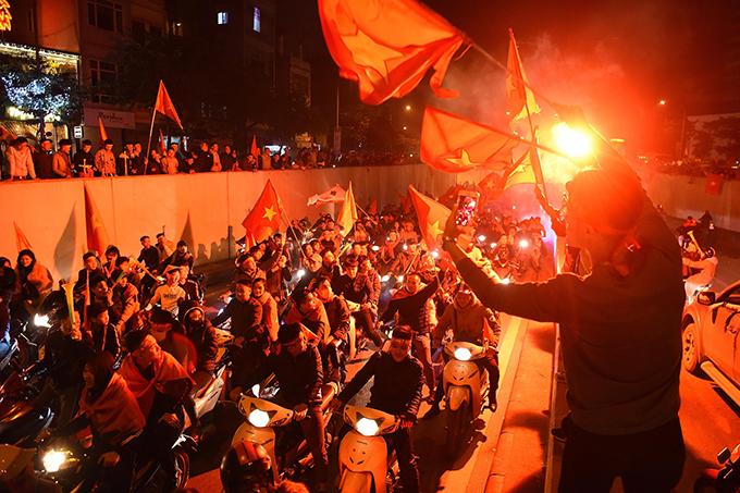 Tòa nhà đổi màu mừng chiến thắng của đội tuyển Việt Nam - 4