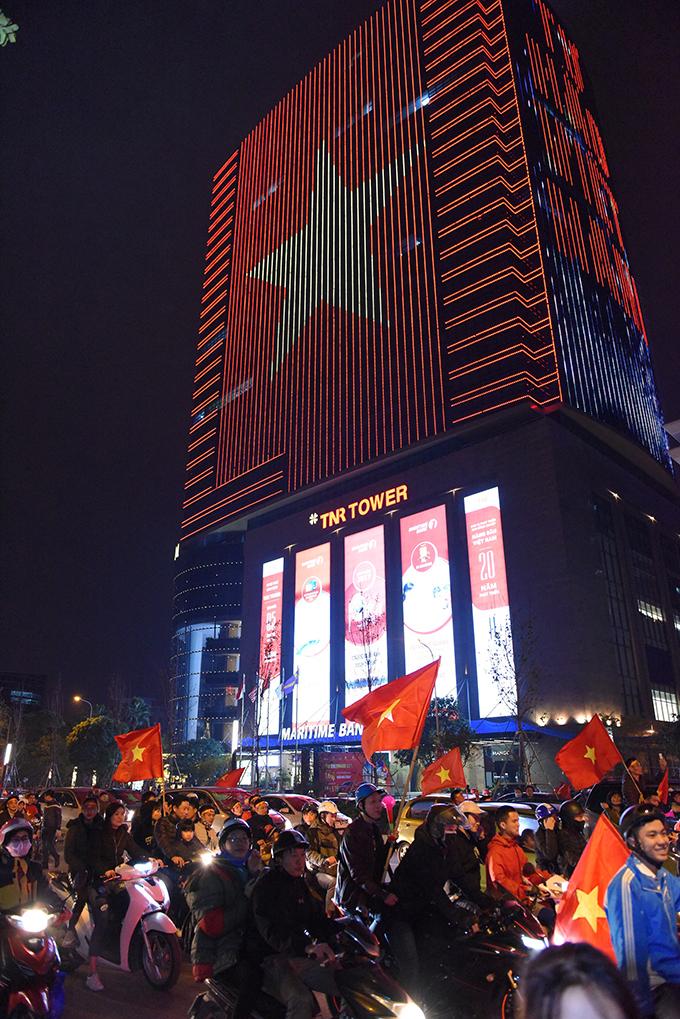 Tòa nhà đổi màu mừng chiến thắng của đội tuyển Việt Nam