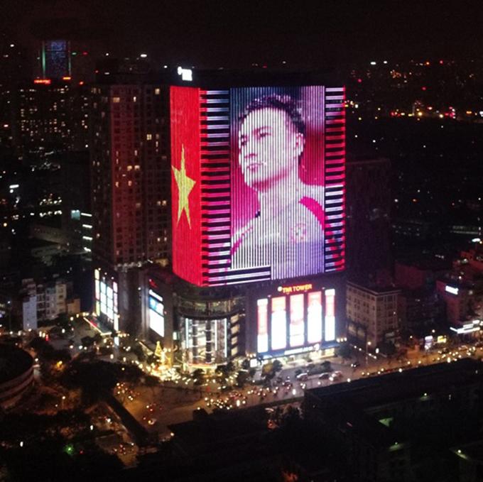 Tòa nhà đổi màu mừng chiến thắng của đội tuyển Việt Nam - 1