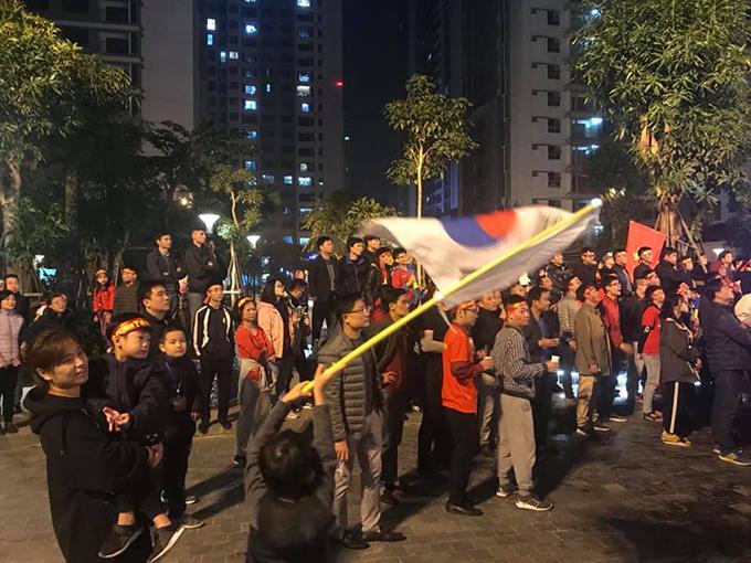 Tòa nhà đổi màu mừng chiến thắng của đội tuyển Việt Nam - 5