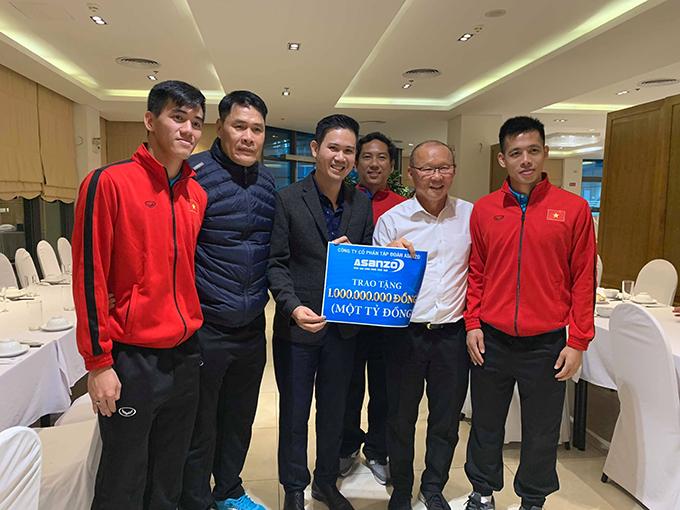 Doanh nhân Phạm Văn Tam cùng Huấn luyện viên Park Hang-seo, cầu thủ Văn Quyết và Ban huấn luyện tại Lễ trao thưởng.